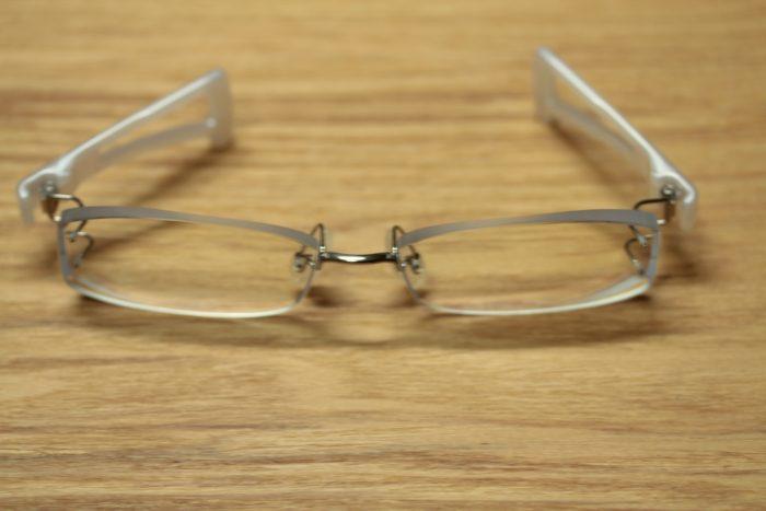 弦のないメガネ