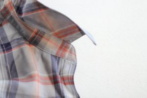 台衿付きシャツカラー 自然に倒れる衿