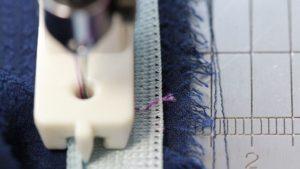 コンシールファスナーの土台布に停止線をミシン糸の目立つ色で入れるとコンシールファスナー押えが分厚くても縫い止まりの手前で返し縫いができる2|洋裁教室や独学でお悩みの方に最適な24時間自宅で学べる365回講座