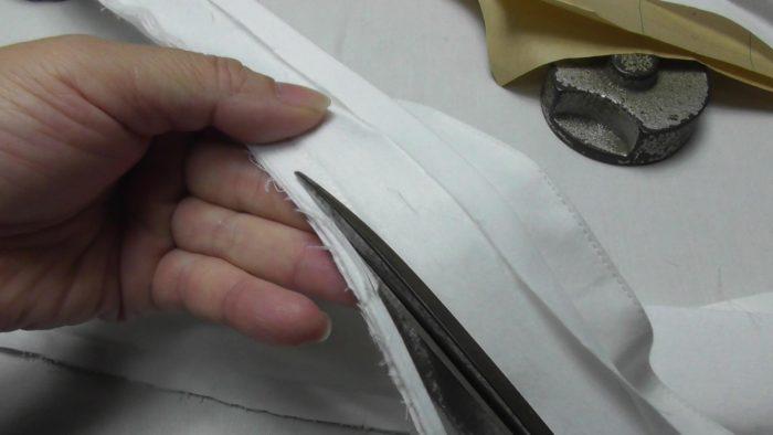 台衿付きシャツカラーの縫い代の厚みを薄くするプロの技 洋裁教室や独学でお悩みの方に最適な24時間自宅で学べる365回講座 縫い代にハサミを直角に当てて切る