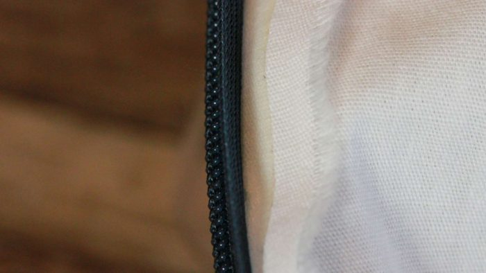 コンシールファスナーの付け方、縫い方で、コンシールファスナーの土台布と縫い代を両面テープで貼って縫うのが、とても危険|洋裁教室や独学でお悩みの方に最適な24時間自宅で学べる365回講座1min